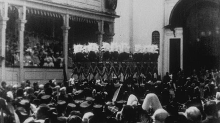 L.L. M.M. le Tsar et la Tsarine entrant dans l'église de l'Assomption [Moscou]